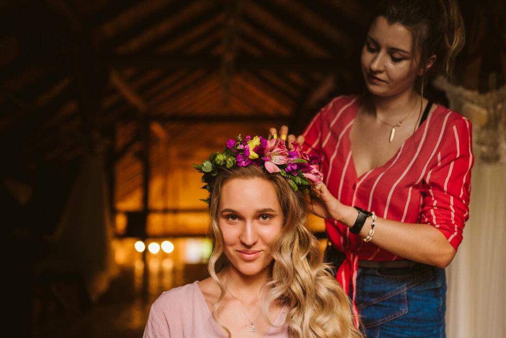 przygotowania wianek z żywych kwiatów na ślub i wesele w Olsztynie stodole