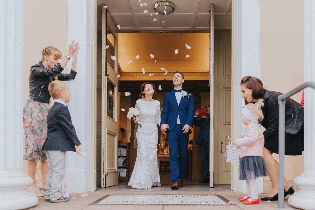 zdjęcie wyjścia z kościoła po ślubie