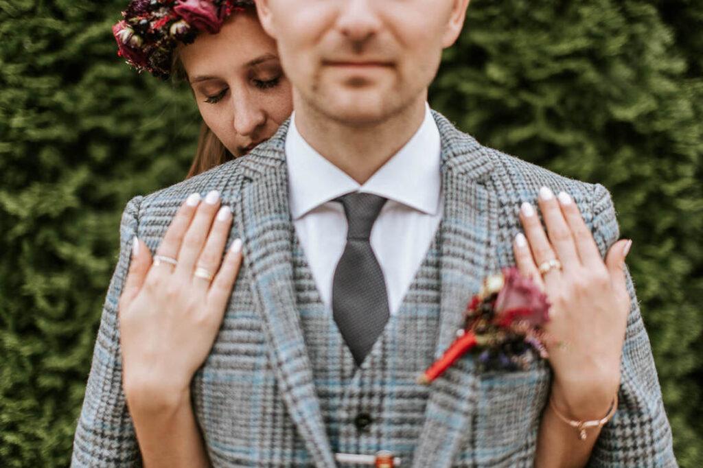 delikatna i sensualna panna młoda w dniu ślubu na sesji zdjęciowej w ogrodzie