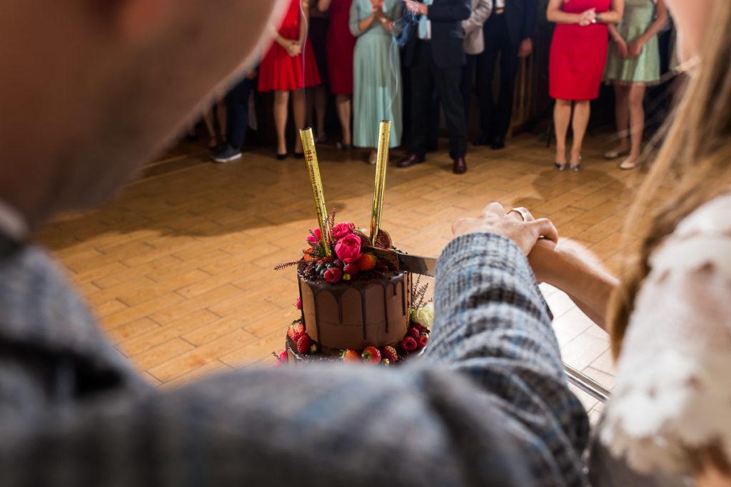 czekoladowy tort z owocami na wesele wypiekarnia rzeszów