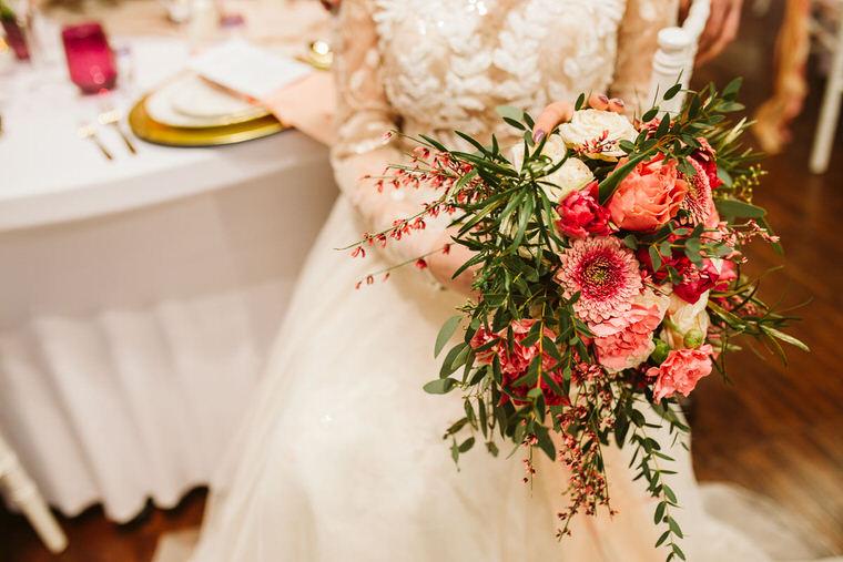 bukiet ślubny w kolorze living colar Pantone wedding bouquet flowers