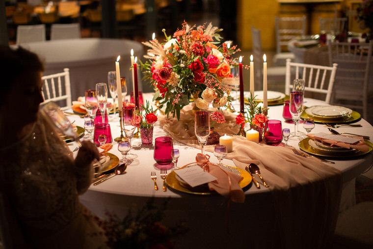 dekoracja stołu na wesele z kwiatami living colar pastelowe okrągłe stoły