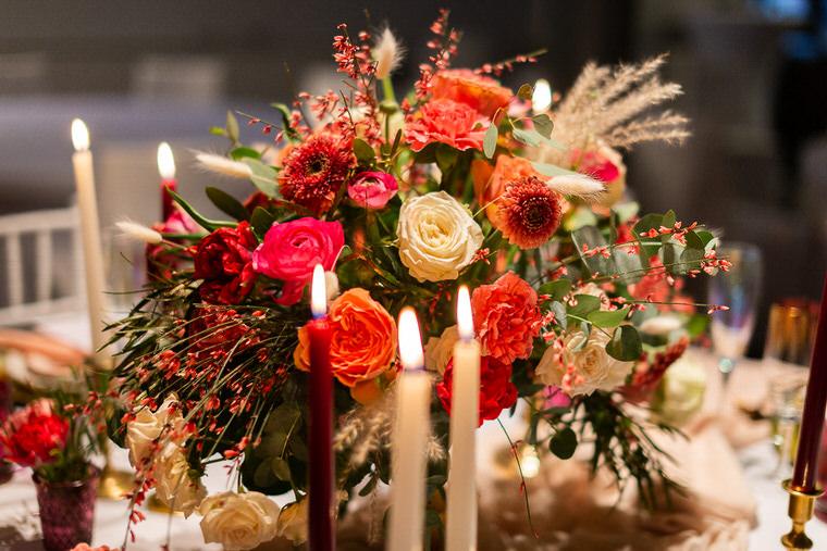 bukiet ślubny w kolorze living colar na stół weselny