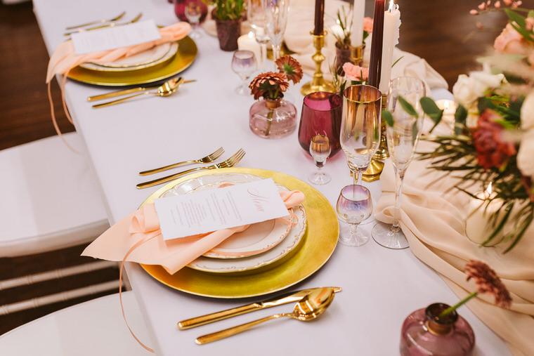 Dekoracja ślubu wedding planner w kolorze living coral - złote sztućce i paperetia ślubna w Łodzi