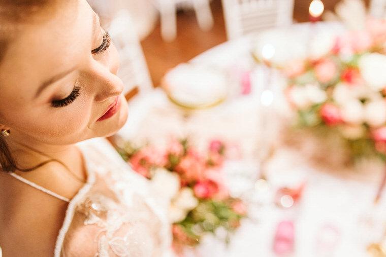 dekoracje ślubne i dodatki oraz makijaż pastelowy w kolorze living colar pantone