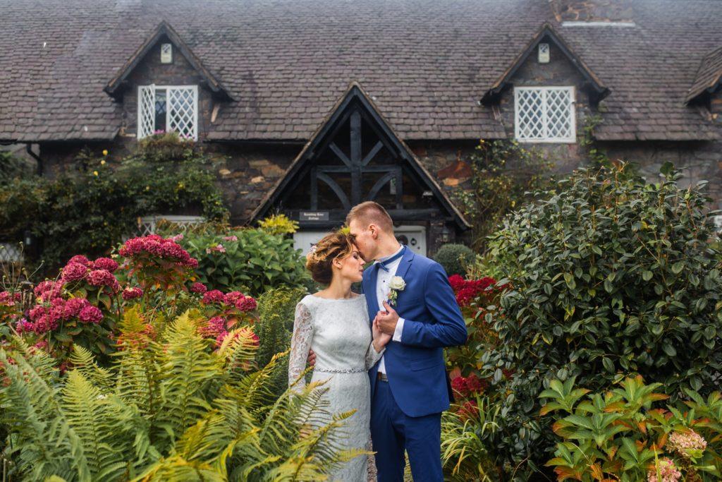 ślub w ogrodzie przed domem