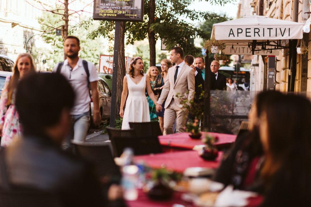 para młoda w rzymie idąca na ślub za granicą